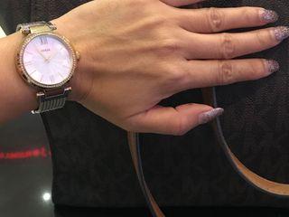 นาฬิกาข้อมือผู้หญิงยี่ห้อ Guess