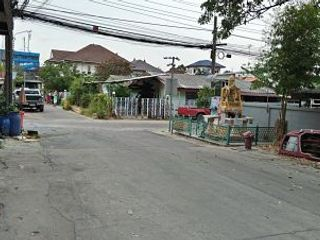 ขายที่ดินพร้อมอาคารเก่า ย่านสวนหลวง ร.9 ในหมู่บ้าน