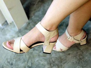 รองเท้าส้นสูงรัดส้น